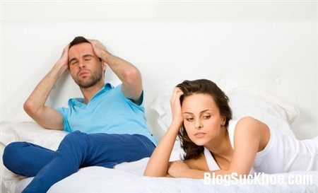 Ôm con uất hận mặc kệ chồng làm tình với gái