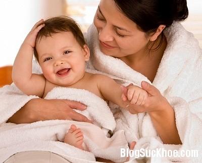 tam1 Những điều lưu ý khi tắm cho bé mùa hè