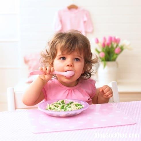 1506 10 sai lầm cha mẹ thường mắc phải khi cho con ăn