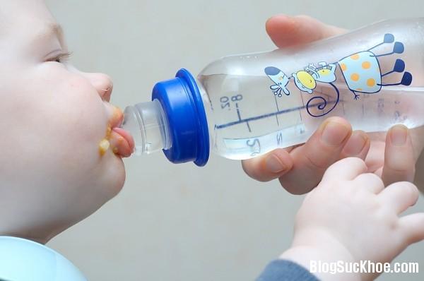 1127 Trẻ sơ sinh và trẻ nhỏ uống nước thế nào là đủ?