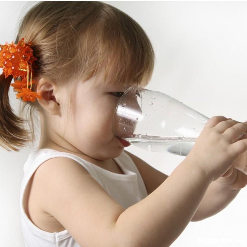 1152 Mẹo tập cho bé uống sữa, uống nước bằng cốc