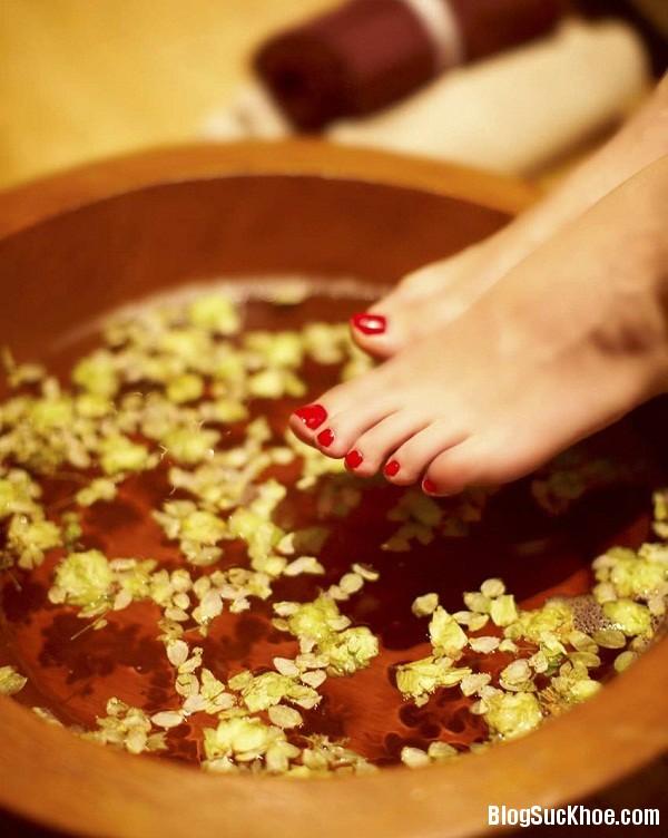 1350 Tác dụng của việc ngâm chân với nước muối mỗi tối