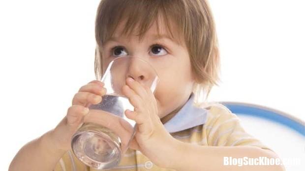 24.10 tre uong nuoc Biểu hiện đau dạ dày ở trẻ em