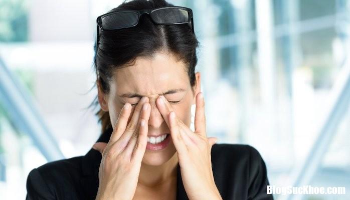AAEAAQAAAAAAAAbgAAAAJGUxNzE2NGFjLWNjZGUtNGFiOC04MDQ4LWY2MmExMGVhOGExZQ Cách xử lý khi bị dị vật, hóa chất bắn vào mắt