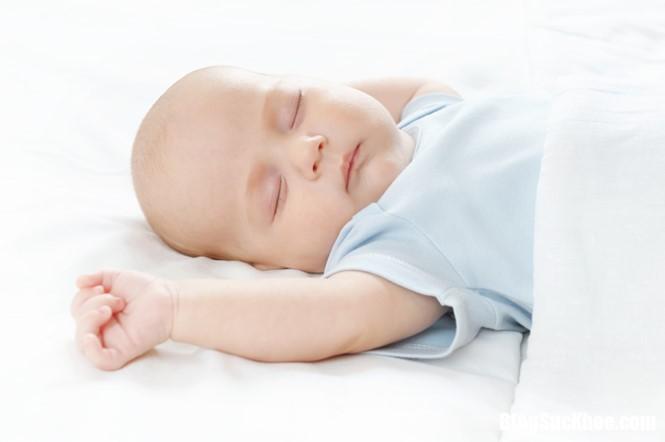 tre ngu sai tu the 18921821827121 Ngỡ ngàng trước những tư thế ngủ sai của trẻ nhỏ có thể dẫn tới nguy cơ đột tử