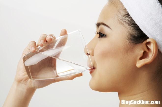 nuoc Nước không chứa chất dinh dưỡng nhưng là thực phẩm quan trọng nhất của con người